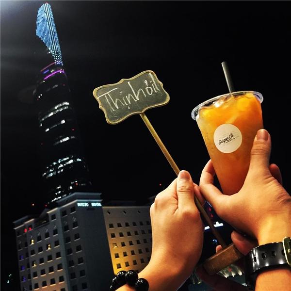 Với tên gọi dễ thương và giá thức uống phải chăng (40.000 – 100.000 đồng), Sài Gòn Ơi sẽ làm cho trải nghiệm ngắm pháo hoa trở nên đáng nhớ hơn gấp bội.(Ảnh: Instagram @th.09.12.92)