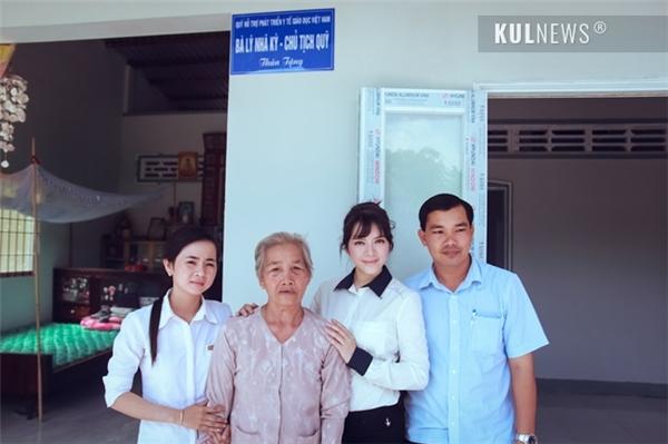 Được biết, cô đã tài trợ 100 triệu đồng để xây 2 căn nhà và 10 nhà vệ sinh cho 10 hộ gia đình chính sách khác.(Ảnh: Kul.vn) - Tin sao Viet - Tin tuc sao Viet - Scandal sao Viet - Tin tuc cua Sao - Tin cua Sao