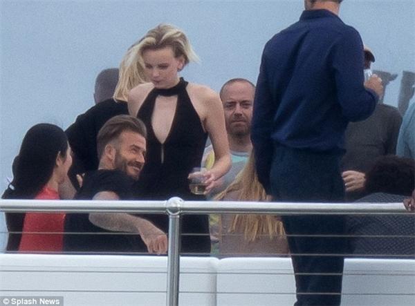 Tóc vàng bí ẩn xuất hiện cùng Becks trong đoạn phim quảng cáo.
