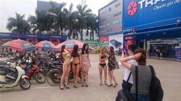 Một trong số những bức ảnh đang lan truyền tới chóng mặt trên mạng xã hội về những cô gái mặc bikini trong siêu thị Trần Anh
