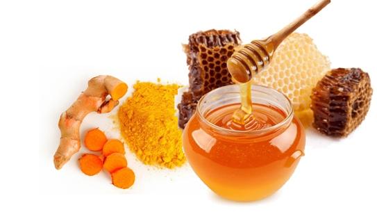 Nghệ và mật ong:Bạn có thể giã nghệ lấy nước và bôi lên chỗ loét. Cách khác là trộn một thìa cà phê mật ong với 1/4 thìa bột nghệ vào bát tạo thành bột nhão. Dùng tăm bông sạch bôi loại bột này lên vết loét.