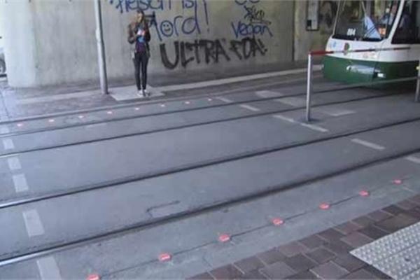 Lắp đèn giao thông dưới lòng đường dành cho dân nghiện điện thoại