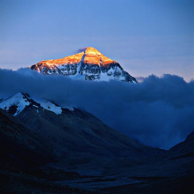 Everest không phải là đỉnh núi cao nhất thế giới. Nếu tính cả phần chân đế nằm dưới mặt nước biển, núi lửa Mauna Kea ở Hawaii mới là đỉnh núi cao nhất thế giới với chiều cao 10.200 m tính từ đáy Thái Bình Dương. Còn nếu chỉ tính độ cao trên mực nước biển thì Mauna Kea chỉ cao 4.205m, thua xa so với Everest với chiều cao 8.848m.