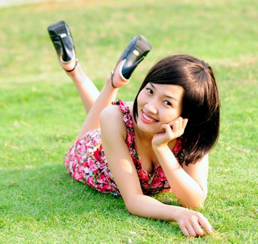 Bạn đang băn khoăn không biết làm thế nào để pose ảnh trên cát, bãi cỏ trông tự nhiên nhất? Câu trả lời chính là hãy nằm úp người, chân co lên vắt chéo, hai tay chạm nhẹ xuống mặt đất hoặc chống ở cạnh mặt. (Ảnh: Internet)