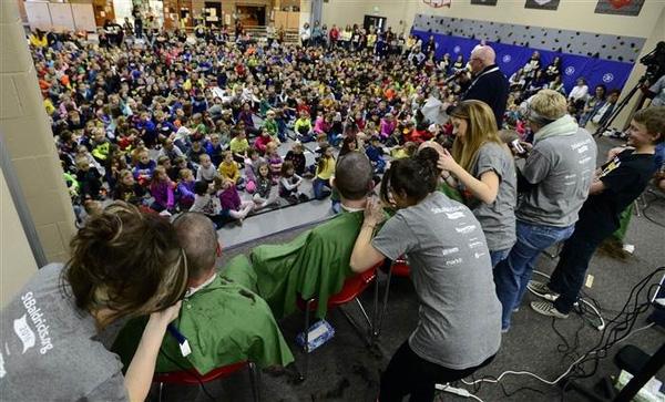 Cảm động 80 đứa trẻ cạo đầu để bạn học bị ung thư có thể quay lại trường