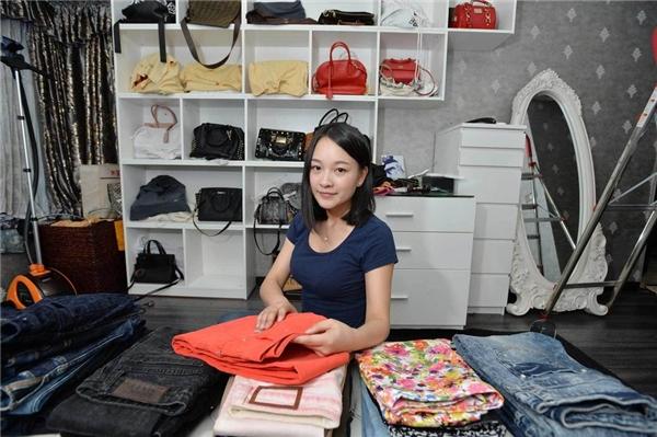 Tiểu Đặng đang sắp xếp tủ quần áo cho một khách hàng. (Ảnh: Internet)