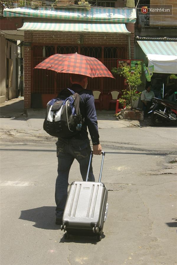 Đã đến nước này thì anh em chúng tôi chỉ còn cách khoác áo, đeo khẩu trang, cầm ô, kéo vali rời xa thành phố này, tìm chỗ tránh nắng, cho vừa lòng!