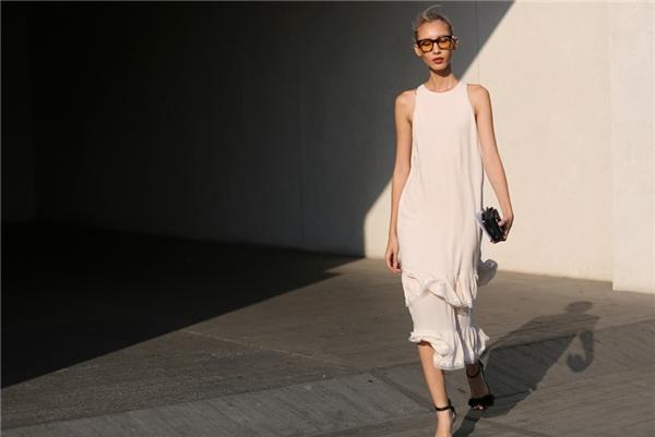 Váy rộng giấu đường cong - món trang phục phù hợp với mọi dáng người. Với item này, chất liệu nào cũng mang đến cho bạn sự thoải mái nhất định. Nhưng hãy ưu tiên chọn voan, lụa mềm mại, có độ thấm hút khá tốt.