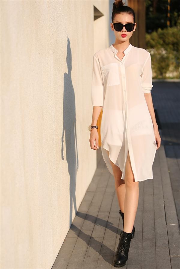 Áo oversized phối quần short gợi cảm - đây chắc chắn sẽ là tuyệt chiêu được các cô gái khá yêu thích bởi sự đơn giản nhưng vẫn ấn tượng, nổi bật.
