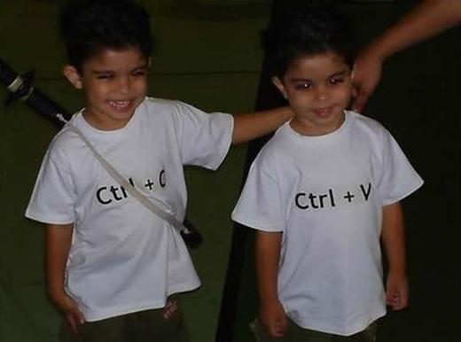 Một cách hài hước mà không kém phần sáng tạo khác là cho chúng mặc đồ giúp phân biệt vai vế, copy từ anh trai rồi paste ra đứa em. (Ảnh: Internet)