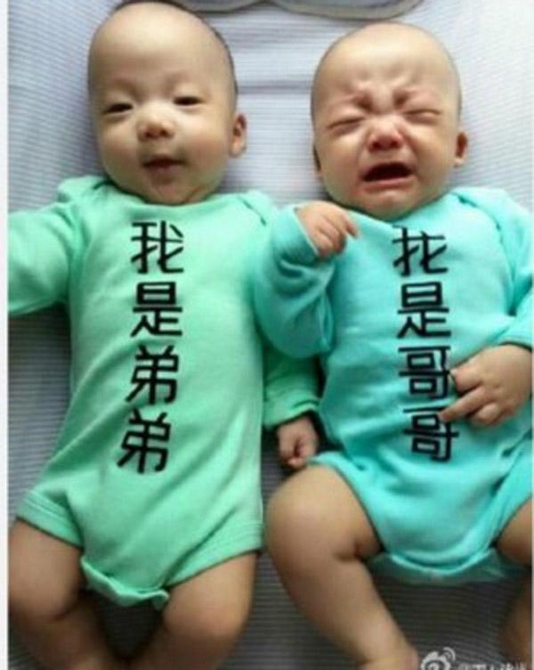 """""""Con là anh"""" (ảnh trái) và """"Con là em"""" (ảnh phải) cũng là một cách đơn giản để phân biệt hai nhóc sinh đôi, nhưng lỡ nhầm áo là bố mẹ cũng mếu với con luôn nhé. (Ảnh: Internet)"""