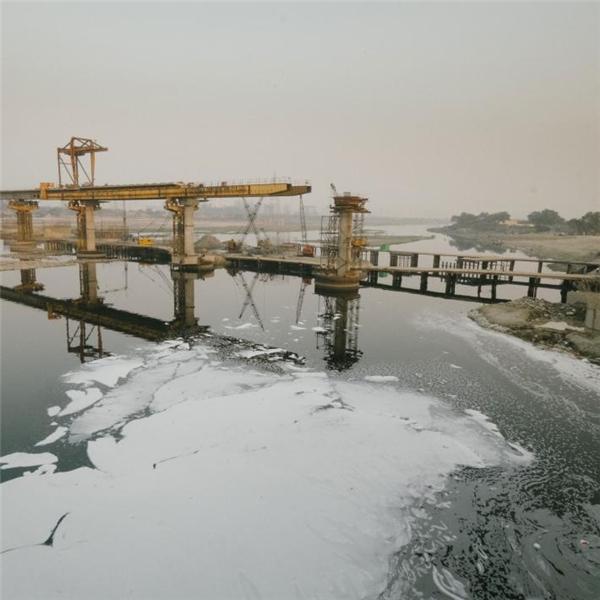 Các nhà máy thi nhau xả hóa chất độc hại vào con sông Yamuna khiến nó nổi bọt trắng xóa.