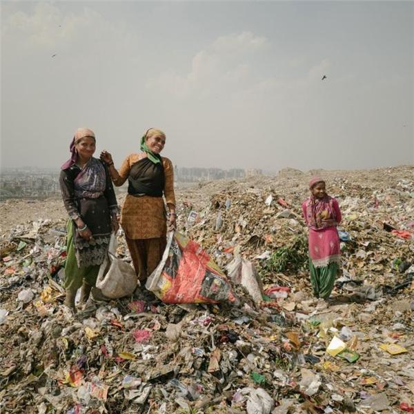Phụ nữ ở đây cũng tranh thủ nhặt đồng nát để kiếm sống. Ngày nào may mắn, họ có thể kiếm được 1.000 rupi (hơn 300.000 đồng).
