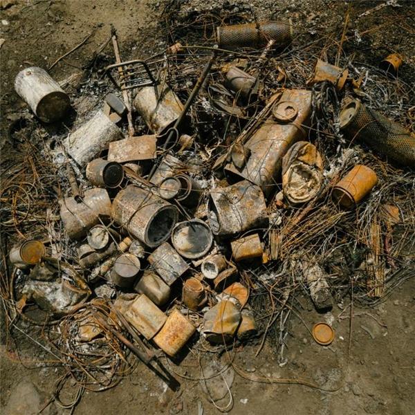 Phụ tùng xe máy được đốt để loại bỏ xăng dầu trước khi đem bán cho bên tái chế.