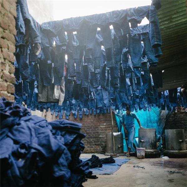 Bên trong một xưởng nhuộm đồ jean ở quận Silampur, một trong những khu vực ô nhiễm và dân cư đông đúc nhất ở Delhi.