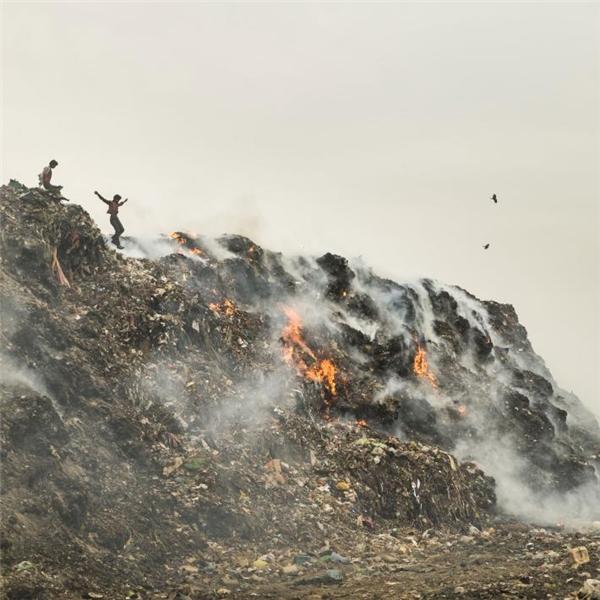 Những núi rác cháy phừng phực như thế này chính là nguyên nhân khiến bầu không khí Delhi ô nhiễm nặng nề.