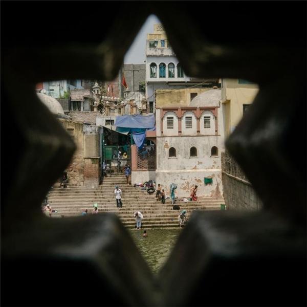 Người dân Delhi tắm và rửa tội hàng ngày trên các bậc thang dẫn xuống sông của đền thờ Nizamuddin Sufi. Nước sông ở đây còn được dùng để ăn uống, và nó đã trở nên ô nhiễm như biết bao nguồn nước khác trong thành phố.