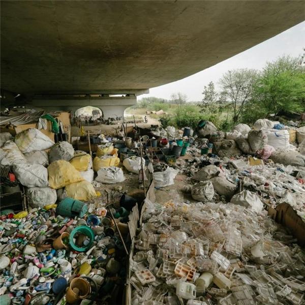Sau khi phân loại, rác sẽ được vận chuyển đến các nhà máy tái chế bên ngoài thành phố.