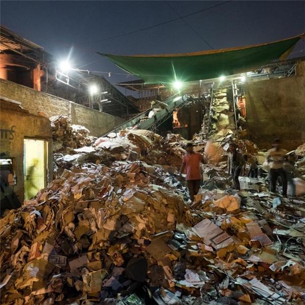 Bên trong một nhà máy tái chế ở Noida, một khu vực lân cận New Delhi.