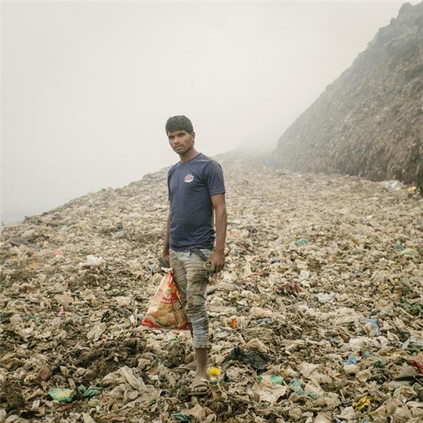 Một người thu gom đồng nát đang tìm kiếm kim loại tại Bhalswa, bãi rác thải khổng lồ mà nếu đốt nó sẽ bắt lửa dữ dội và thải ra khí độc vào bầu khí quyển.