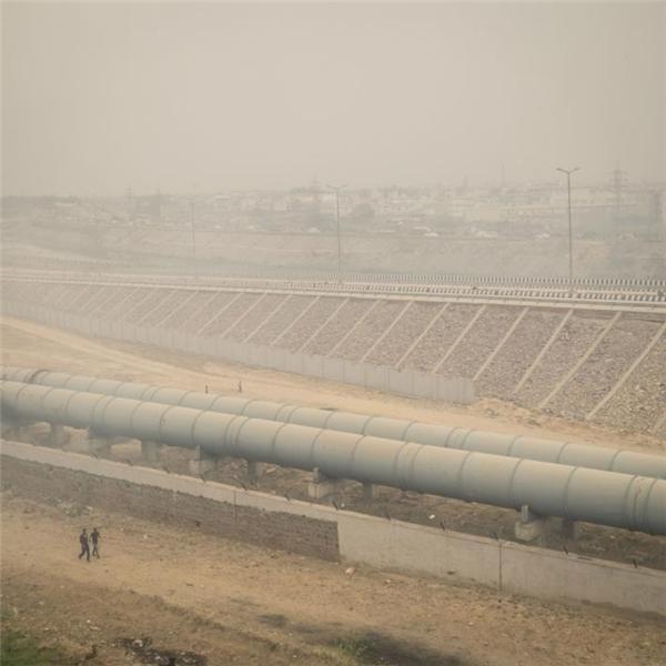 Một ngôi làng ở phía bắc Delhi nằm ngay bên cạnh một bãi rác lộ thiên, quanh năm bao phủ trong bụi mù.