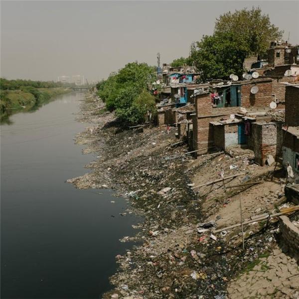 Người dân nghèo ở Ấn Độ phải sống bên những con kênh ùn ứ rác thải như thế này.