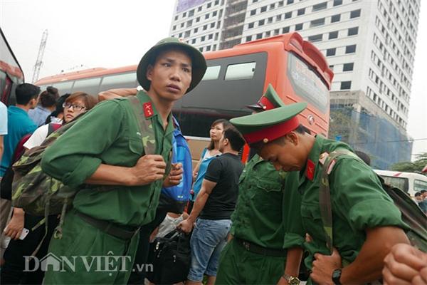 Các chiến sĩ thuộc sư đoàn 312 tranh thủ những ngày nghỉ đang ngóng trông chuyến xe để về Nam Định.