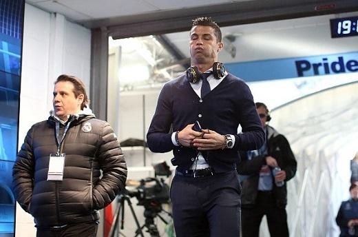 Ronaldo chán nản khi không được ra sân.Ảnh: Getty.