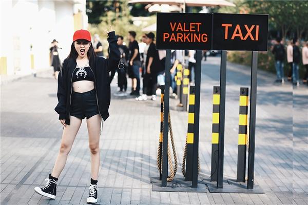Tổng thể với sắc đen cá tính được tạo điểm nhấn bằng tông đỏ nổi bật. Cách diện trang phục này chắc chắn sẽ trở thành một gợi ý tuyệt vời cho những cô nàng ưa chuộng sự phá cách độc đáo, mới lạ.