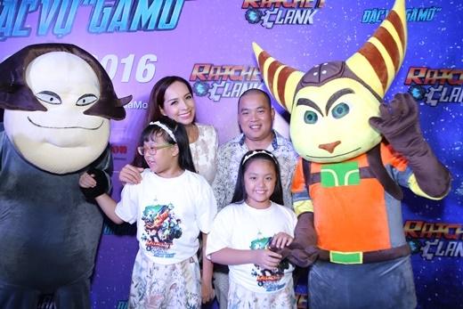 Vợ chồng nghệ sĩ Minh Khang - Thúy Hạnh đưa hai cô công chúa nhỏ đến xem phim. - Tin sao Viet - Tin tuc sao Viet - Scandal sao Viet - Tin tuc cua Sao - Tin cua Sao