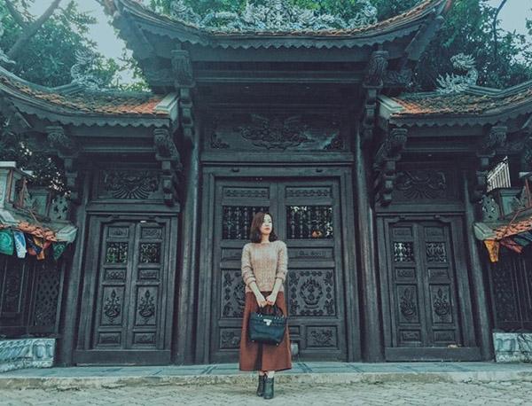 Chỉ là chụp ảnh ở cổng chùa Vạn Niên (Tây Hồ, Hà Nội) thôi có cần đẹp thế không?