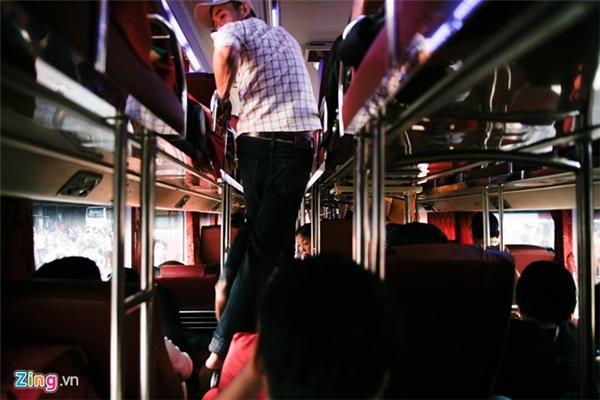 Việc di chuyển giữa các hàng ghế giường nằm rất khó khăn. Phụ xe loay hoay sắp xếp chỗ cho khách, cố nhồi thêm nhiều người nhằm tăng doanh thu.