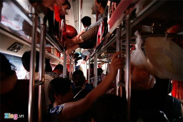 Mỗi băng ghế thường nhét từ 2 đến 3 người. Một vài khách lên đầu tiên, có chỗ ngồi trước tỏ ra bực bội khi phải san sẻ vị trí của mình cho người lên sau.
