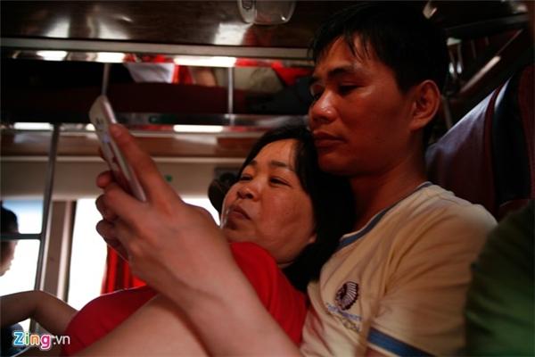 Anh Kiên, chị Lan phải ngồi lên lòng nhau. Hai vị khách này cho biết, dịp 30/4 nào cũng đi Sầm Sơn, nhưng năm nay lần đầu anh chị bị nhồi nhét.