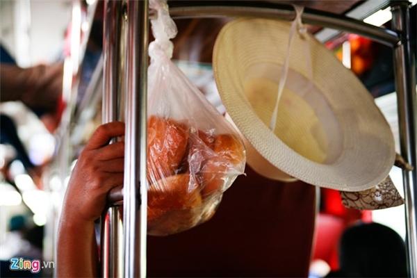Đồ ăn được hành khách mang lên dùng giữa chặng do xe không dừng nghỉ để tránh sự kiểm soát của CSGT.