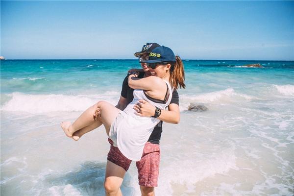 Cô nàng làm trang điểm, còn chồng chụp ảnh trong cùng 1 ê-kíp chụp ảnh cưới. Tinh yêu của cặp đôi đất Cảng này cũng gắn liền với những chuyến đi làm xa kết hợp vui chơi.