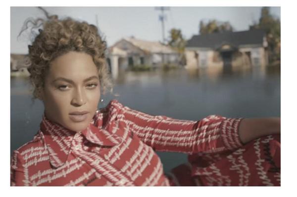Ngôi sao hàng đầu thế giới Beyoncé cũng là một tín đồ của nhà mốt Gucci. Nữ ca sĩ là một trong những người đầu tiên sở hữu mẫu thiết kế này. Beyoncé mang lại vẻ ngoài thanh lịch, kín đáo của phong cách cổ điển.