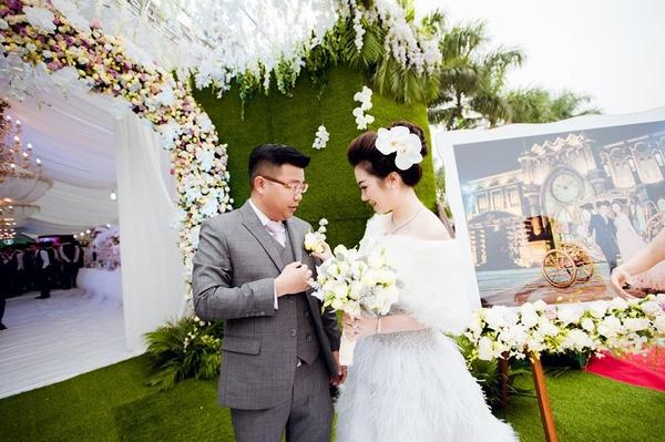 Tại Nam Định, tiệc cưới được trang trí theo tông màu xanh trắng.