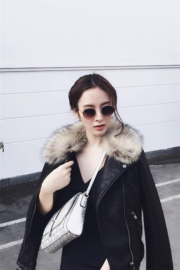 """Bất chấp tiết trời đang """"đổ lửa"""" của miền Nam, Angela Phương Trinh vẫn chọn diện sắc đen. Đặc biệt, chiếc áo khoác với chất liệu da kết hợp lông bên ngoài khiến nhiều người đặt dấu hỏi về độ thoáng mát, thoải mái của bộ trang phục."""