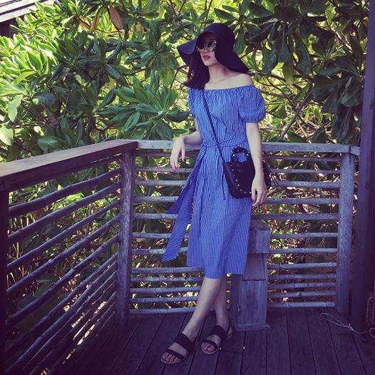 Chỉ cần một chiếc váy trễ vai nhẹ nhàng kết hợp sandal, mũ fedora, Hà Thu trông cực kì thanh lịch nhưng không kém phần quyến rũ. Với bộ trang phục này, nơi thích hợp nhất cho các cô gái trong kì nghỉ khá dài này chính là những vùng biển nên thơ, lãng mạn.