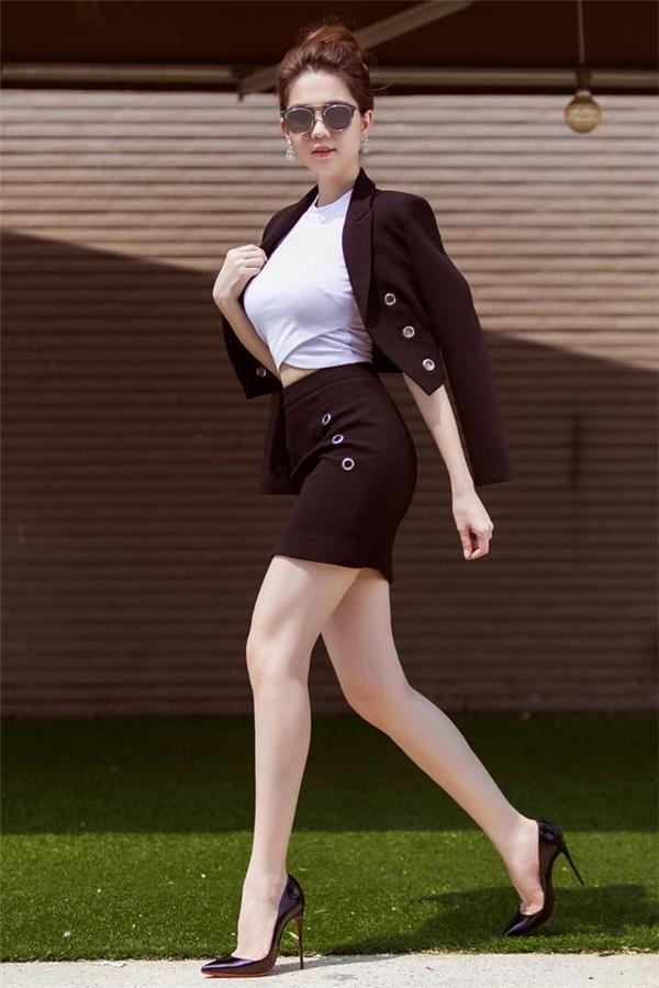 Ngọc Trinh tiếp tục khiến người xem lóa mắt với số đo 3 vòng không thể chuẩn hơn trong bộ trang phục ôm sát với hai tông màu trắng, đen làm chủ đạo. Tuy nhiên, nếu để tham gia nhiều hoạt động vui chơi thì các cô gái nên thay chân váy bút chì của Ngọc Trinh bằng quần legging hay chân váy midi, váy xòe thoải mái hơn.