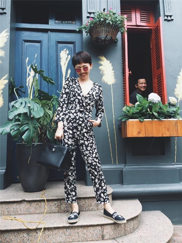 Sắc đen cũng là lựa chọn của Tóc Tiên nhưng với chất liệu mỏng, nhẹ. Những họa tiết hoa với sắc trắng tương phản trải đều khắp nền vải giúp bộ jumpsuit trông bắt mắt, thú vị hơn.