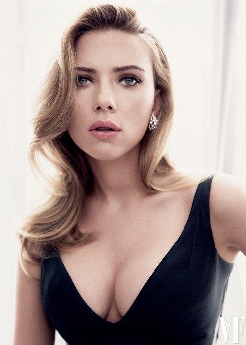 Nhiều năm liền, Scarlett Johansson luôn lọt vào danh sách những nữ diễn viên quyến rũ nhất nhì Hollywood, bên cạnh những tên tuổi lớn khác như Angelina Jolie hay Natalie Portman.
