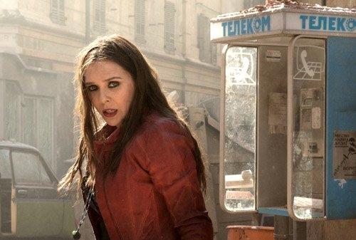 """Một mỹ nhân khác gây chú ý trong Captain America: Civil War là cô phù thủy Sarlet Witch do Elizabeth Olsen thủ vai. Ngay từ lần đầu xuất hiện trong Avengers 2, Elizabeth Olsen đã khiến các fan nam """"điên đảo""""."""