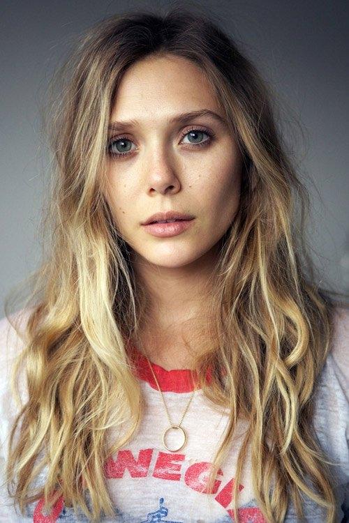 Elizabeth Olsen sở hữu vẻ ngoài ngọt ngào, tươi trẻ, trái ngược với vẻ gợi cảm của Scarlett Johansson.