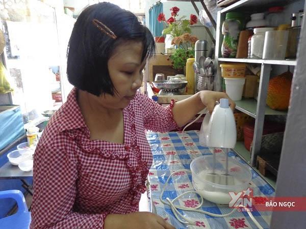 """Từnghề bánh của bà, chị mày mò học hỏi kinh nghiệm để tạo nên chiếc bánh bông lan mang thương hiệu """"Chị Kiều""""."""