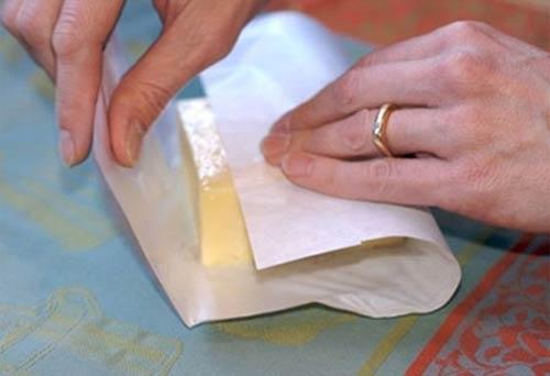 Chất tẩy trắng có trong giấy bọc thực phẩm sẽ gây ra một loạt các phản ứng hóa học và tạo ra một số chất độc hại khi nó tiếp xúc với thức ăn.