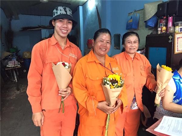 Nụ cười hạnh phúc của những người công nhân vệ dinh đường phố khi nhận được những đóa hoa tri ântươi thắm. (Ảnh: FB Hoa Nói)