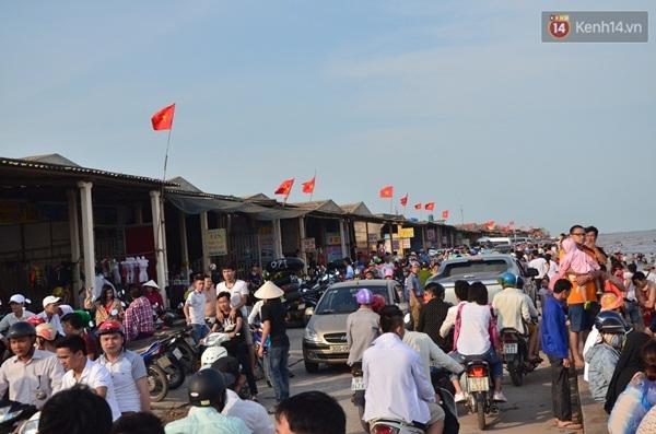 Tuyến đường ven biển Quất Lâm đông nghẹt du khách, phương tiện
