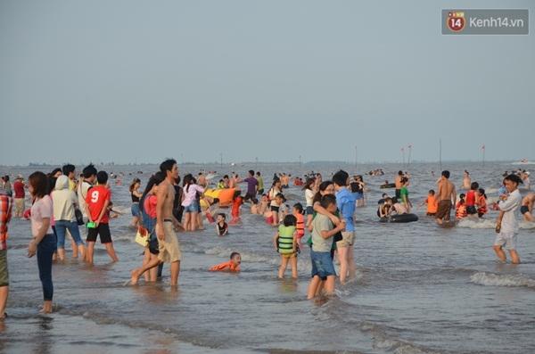 Du khách tắm biển tại bãi biển Quất Lâm